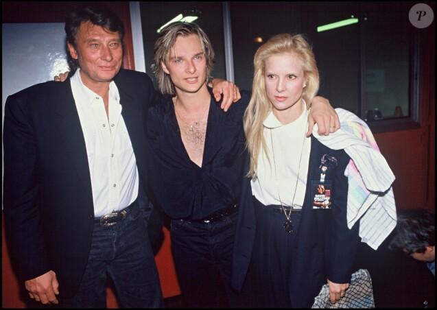 David Hallyday entouré de ses parents, Johnny Hallyday et Sylvie Vartan, le soir de sa première le 9 mars 1991 à Paris.