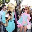 Paris Hilton, morte de rire, regarde Kathy Griffin montrer sa culotte aux photographes ! Quelle classe ! 25/03/09