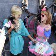 Paris Hilton est conquise... Sa copine Kathy porte un sac à son effigie ! 25/03/09