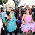 Paris Hilton à l'air de vraiment bien s'amuser avec Kathy, sa copine complètement déchaînée ! 25/03/09