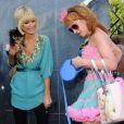 Paris Hilton, et son chihuahua, se balade avec sa copine Kathy Griffin, et son labrador blond. Elles font la paire ! 25/03/09