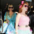 Paris Hilton et sa copine sortent d'une boutique les bras chargés de paquets. 25/03/09
