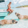 Nabilla au milieu des cochons dans les Bahamas, le 17 mars 2018.