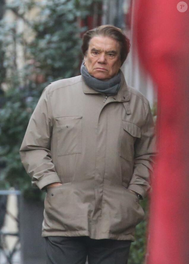 Exclusif - Bernard Tapie se promène dans le quartier de Saint-Germain-des-Prés à Paris le 30 décembre 2015.