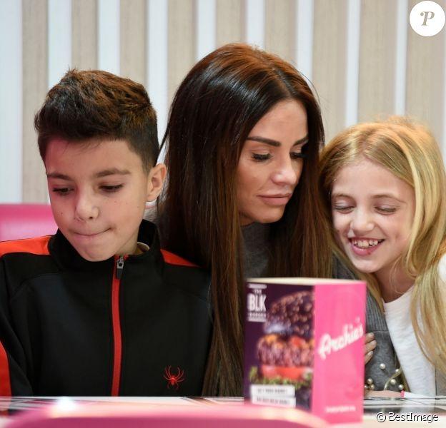 Exclusif - Katie Price et ses enfants Junior et Princess dégustent des milkshakes et des hamburgers chez Archies à Manchester le 16 février 2018.