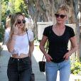 Melanie Griffith se promène avec sa fille Stella Banderas à Los Angeles le 21 avril 2017.