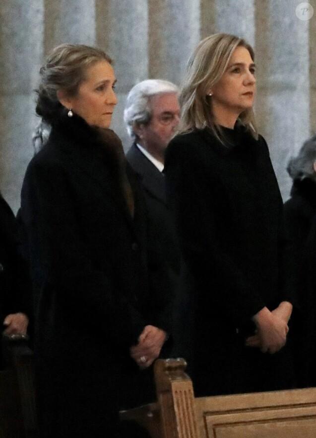 L'infante Elena et l'infante Cristina d'Espagne lors de la messe commémorant le 25e anniversaire de la mort de dom Juan de Borbon (Jean de Bourbon), père du roi Juan Carlos Ier, le 3 avril 2018 au monastère San Lorenzo de El Escorial.
