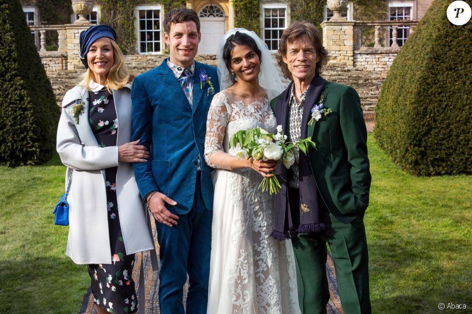 James Jagger et Anoushka Sharma entourés de Jerry Hall et Mick Jagger le jour de leur mariage au manoir Cornwell à Chipping Norton, Oxfordshire, le 23 avril 2016
