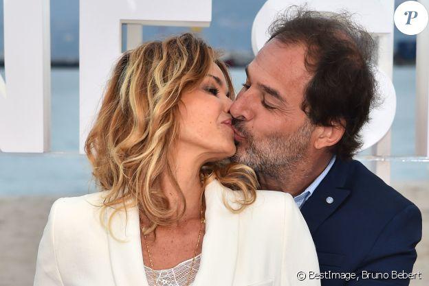 Ingrid Chauvin et son mari Thierry Peythieu durant un photocall pour la 1e édition du festival CanneSéries, à Cannes, sur la plage de l'hôtel Gray d'Albion, le 9 avril 2018 . © Bruno Bebert/Bestimage