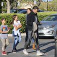 Exclusif - Brooke Burke et son mari David Charvet avec leurs enfants Shaya Braven et Heaven Rain arrivent au cinéma à Calabasas le 14 avril 2017.