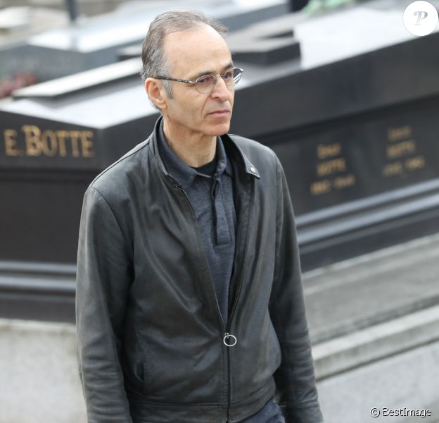 Jean-Jacques Goldman lors des obsèques de Véronique Colucci au cimetière communal de Montrouge, le 12 avril 2018.