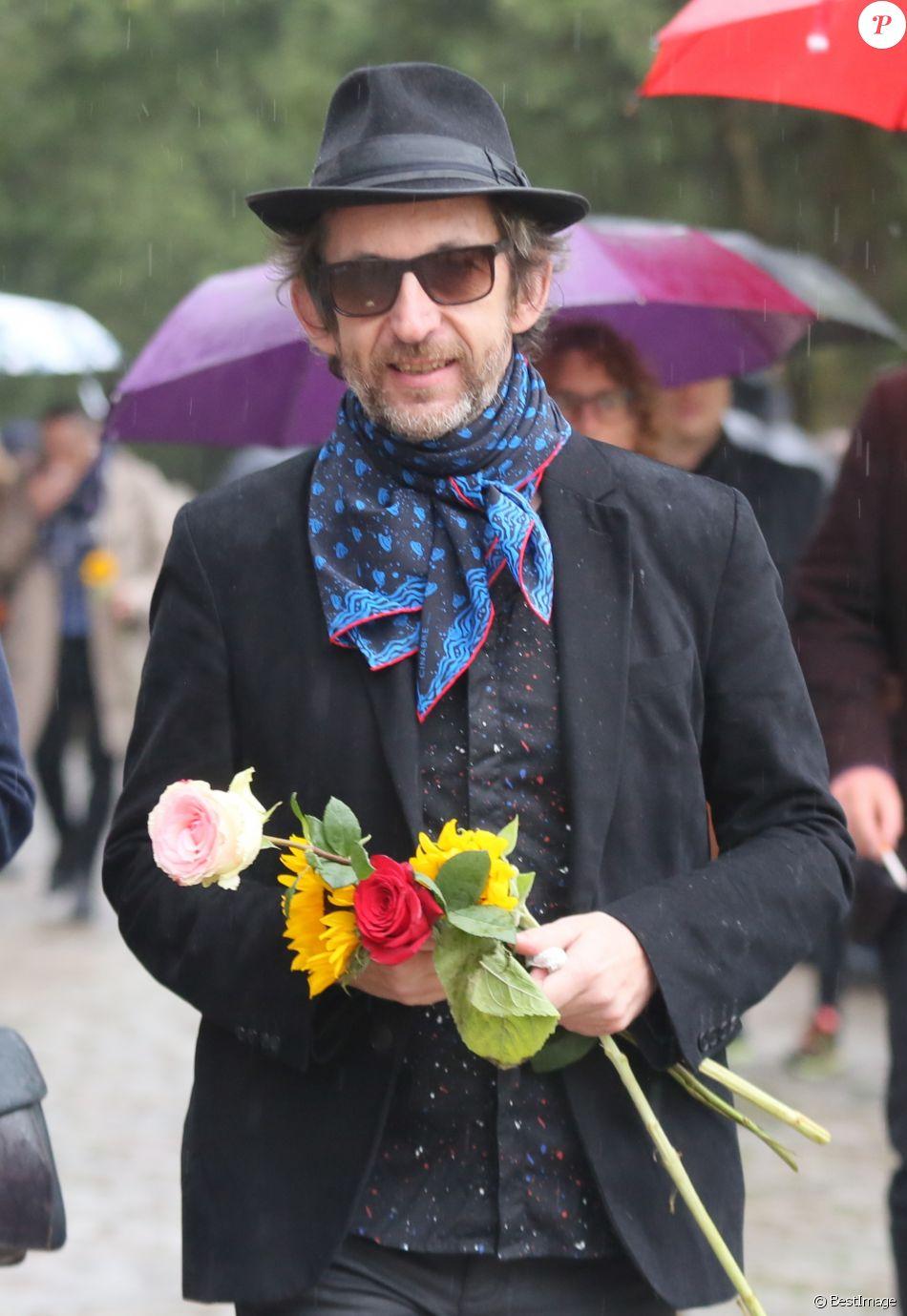 Le chanteur Arthur H. - Sorties - Obsèques de Jacques Higelin au cimetière du Père Lachaise à Paris le 12 avril 2018