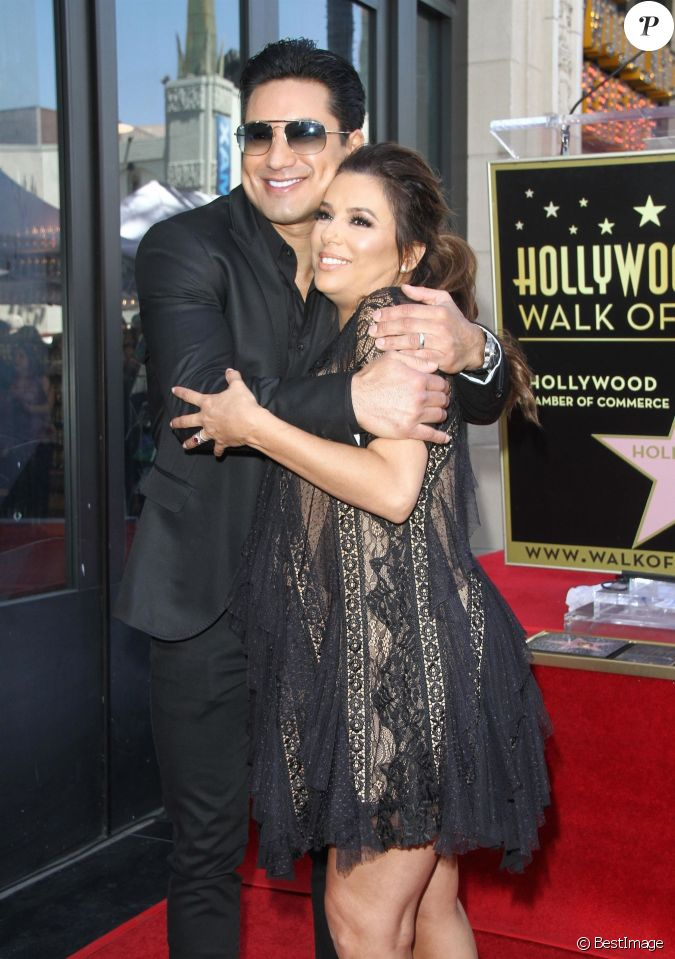 eva longoria enceinte mario lopez eva longoria re oit son toile sur le walk of fame. Black Bedroom Furniture Sets. Home Design Ideas