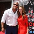 Dwayne Johnson et sa petite amie Lauren Hashian - Dwayne Johnson laisse ses empreintes dans le ciment hollywoodien au TCL Chinese Theater à Hollywood, le 19 mai 2015