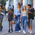 Heidi Klum se promène avec ses enfants, Helene Samuel, Henry Samuel, Lou Samuel et Johan Samuel à The Grove à Hollywood. Le mannequin porte un jean pattes d'eph et une chemise en jean, le 15 octobre 2017.