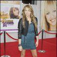 Robe bleue sous veste en cuir noir et bottes en cuir... un look parfait pour la vedette de la soirée : Miley Cyrus !