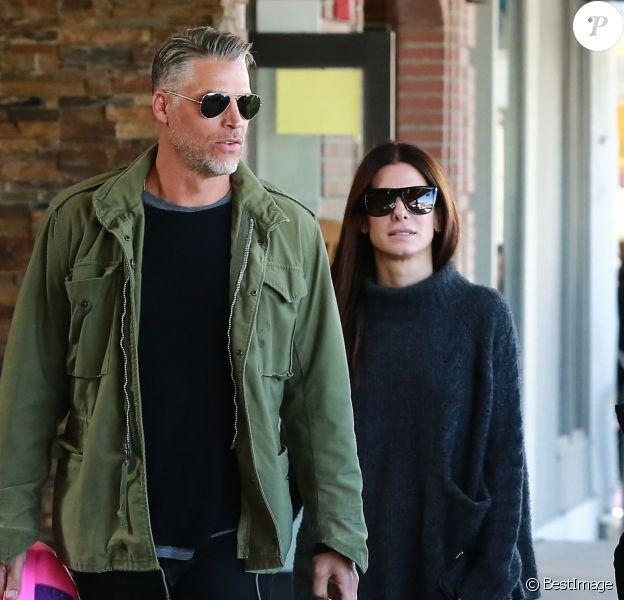 Exclusif - Sandra Bullock fait du shopping avec son nouveau compagnon Bryan Randall dans les rues de Jackson à Wyoming, le 31 mars 2017