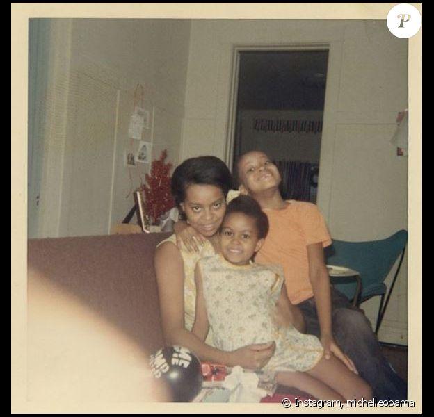 Michelle Obama a dévoilé cette photo d'elle, enfant, avec sa maman et son frère, sur Instagram, le 13 mai 2018