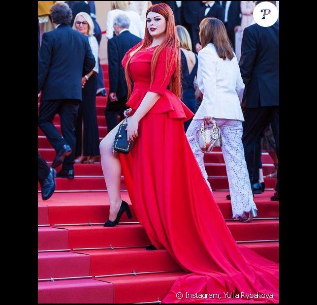 Yulia Rybakova sur le tapis rouge du Festival de Cannes le 17 mai 2018.