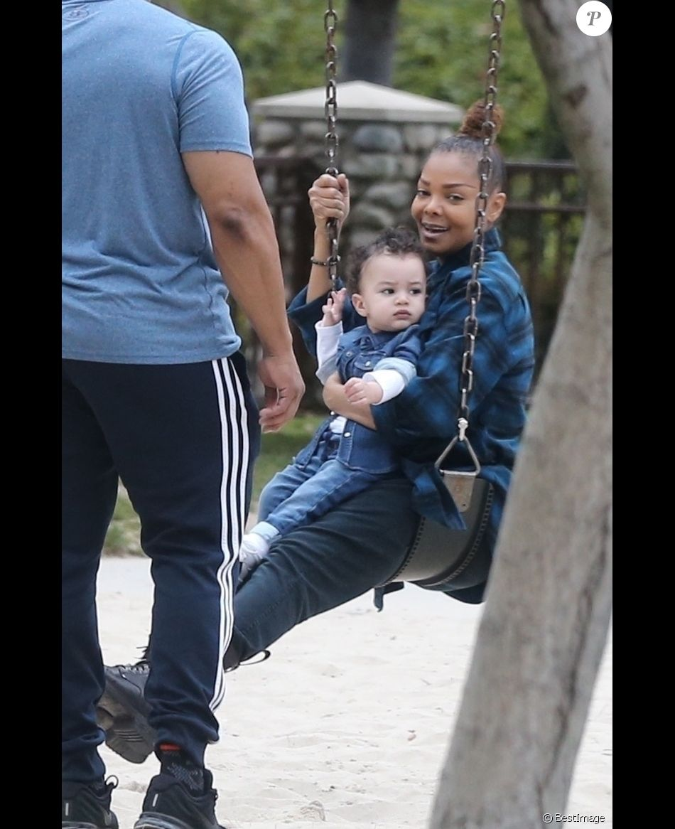 Exclusif - Janet Jackson fait de la balançoire avec son fils Eissa Al Mana dans un parc à Beverly Hills, le 14 mai 2018.