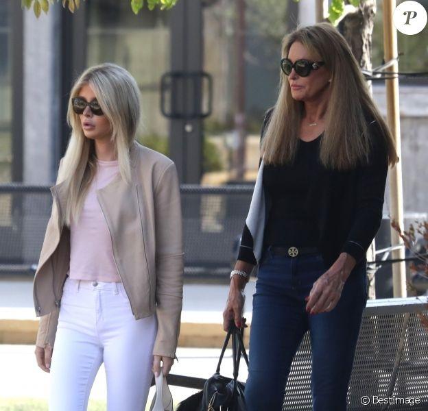 Exclusif - Caitlyn Jenner et sa supposée fiancée Sophia Hutchins se promènent le jour du Memorial Day à Malibu, le 28 mai 2018.