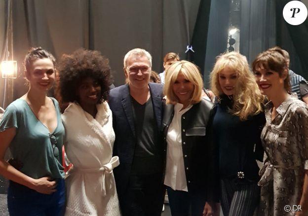 Brigitte Macron pose avec Laurent Ruquier et les stars du spectacle Les Parisiennes, Arielle Dombasle, Inna Modja, Helena Noguerra et Mareva Galanter le 2 juin 2018 à Paris