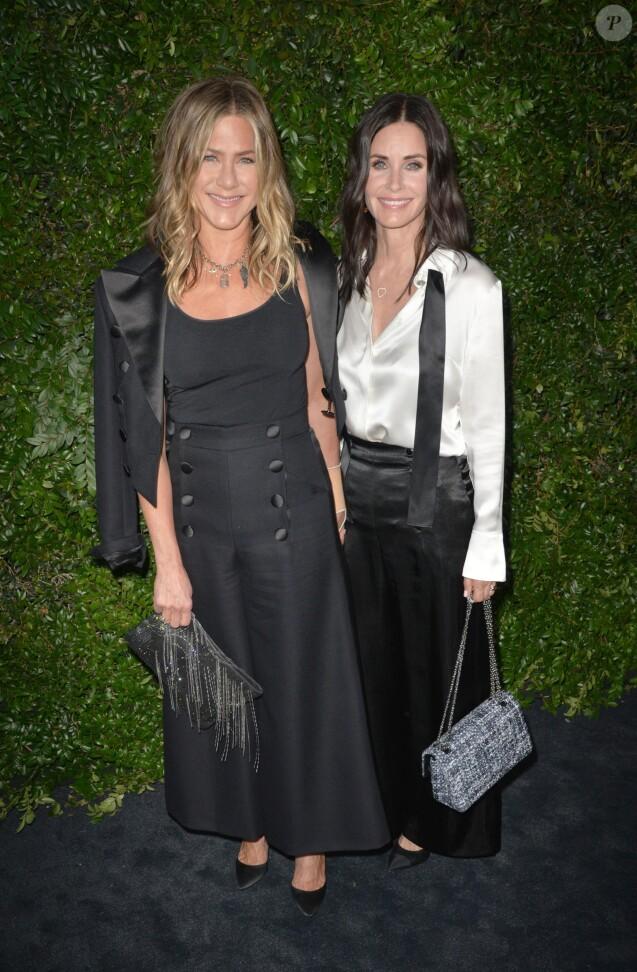 Jennifer Aniston et Courtney Cox au diner caritatif Chanel au profit de la fondation NRDC à Malibu. Los Angeles, le 2 juin 2018.