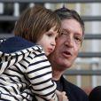 Jean-Michel André et sa fille Elise, qui a été enlevée le 20 mars dernier puis retrouvée en Hongrie, posent devant les photographes à Marseille le 14 avril 2009