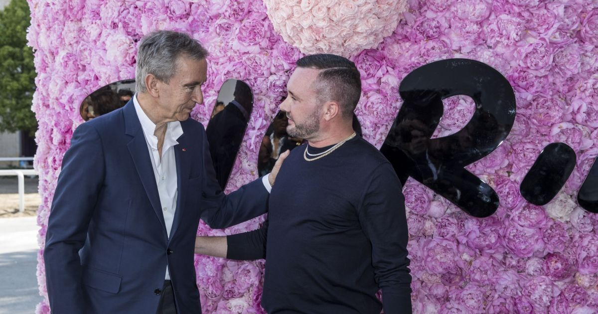 bernard arnault et kim jones directeur artistique de dior homme greeting au d fil de mode. Black Bedroom Furniture Sets. Home Design Ideas