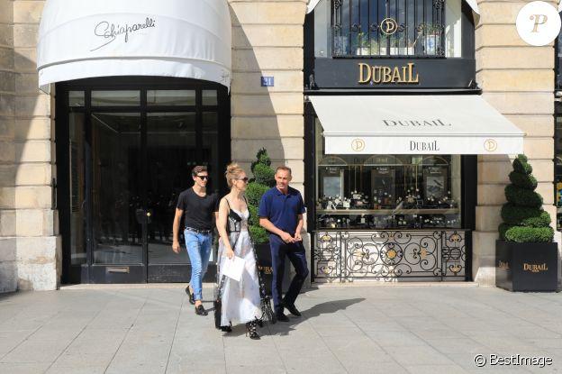 Céline Dion et son danseur Pepe Munoz sortent de la boutique Schiaparelli à Paris. Le 1er août 2017.