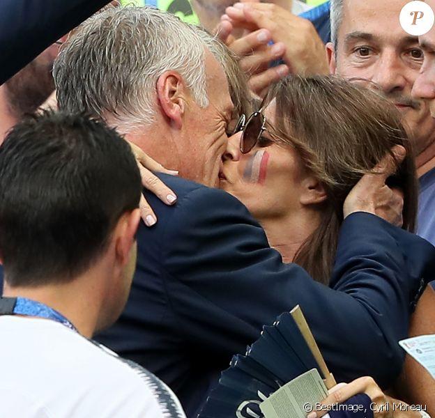 Didier Deschamps et sa femme Claude s'embrassent à l'issue de France-Argentine en 8e de finale de la Coupe du monde de football le 30 juin 2018 à Kazan en Russie. © Cyril Moreau/Bestimage