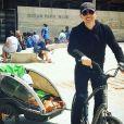 Gad Elmaleh avec son fils Raphaël pour une balade à vélo à Santa Monica (Los Angeles), le 1er juillet 2018.