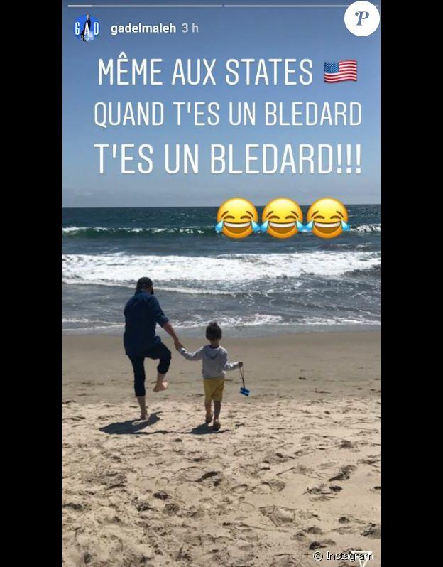 Gad Elmaleh sur une plage à Los Angeles avec son fils Raphaël, le 3 juillet 2018.