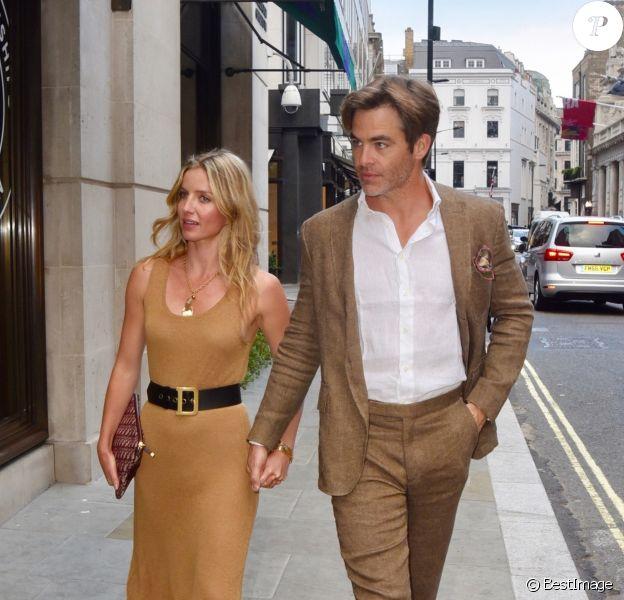 Exclusif - Chris Pine et sa compagne Annabelle Wallis ont été aperçus main dans la main dans les rues de Londres, le 4 juillet 2018.