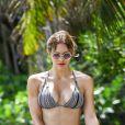 Katharine McPhee profite d'une belle journée ensoleillée avec un ami sur la plage de Miami, le 25 septembre 2016.