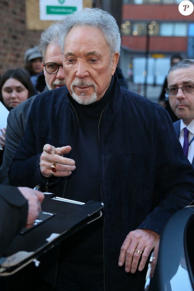 "Sir Tom Jones à son arrivée dans les locaux de AOL Build pour faire la promotion de ""The Voice"" à Londres. Le 8 mars 2018"