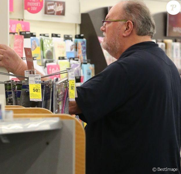 Exclusif - Thomas Markle, le père de Meghan Markel, achète des cartes de voeux à San Diego le 10 mai 2018.