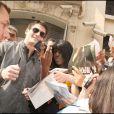 Séance d'autographes le 22 avril 2009 à la sortie de son hôtel parisien : James encerclé par ses fans !