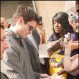 Séance d'autographes le 22 avril 2009 à la sortie de son hôtel parisien : des fans hystériques !