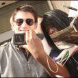 Séance d'autographes le 22 avril 2009 à la sortie de son hôtel parisien : une fan a réussi a obtenir une photo avec son idôle !