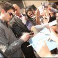 Séance d'autographes le 22 avril 2009 à la sortie de son hôtel parisien : Bousculades et hurlements... l'effet James Lafferty !