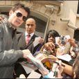 Séance d'autographes le 22 avril 2009 à la sortie de son hôtel parisien