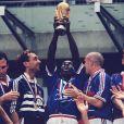 Lilian Thuram et l'équipe de France, champions du monde 1998. Saint-Denis, le 12 juillet 1998.