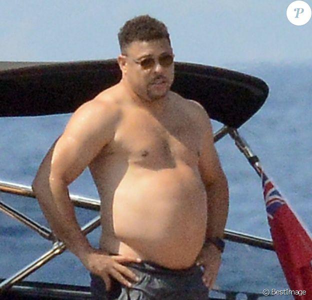 Exclusif - L'ex footballeur brésilien Ronaldo en vacances avec sa compagne Celina Locks et des amis à bord d'un bateau à Formentera le 21 juillet 2018