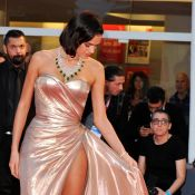 Neymar : Sa chérie Bruna Marquezine, nue sous sa robe, en montre trop à Venise