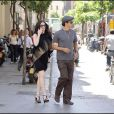 La belle Paz Vega et son mari, Olso Salazar, lors d'une promenade romantique à Séville, le 26 avril 2009 !