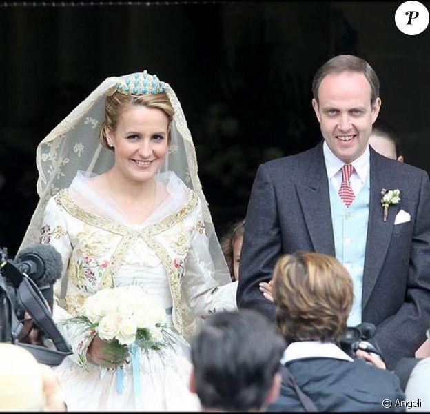 Jean d'Orléans et son épouse Philoména à la sortie de l'église, ils sont mariés religieusement.