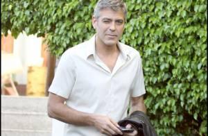 Après une nuit de débauche et d'amour... George Clooney a sacrément mal aux cheveux ! Regardez !