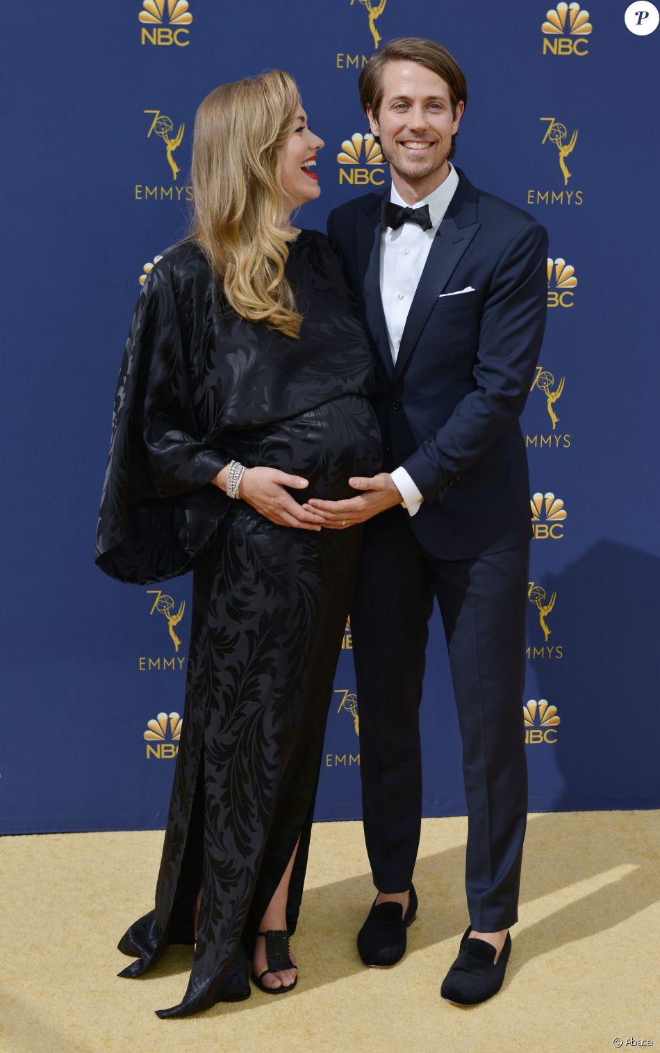 Yvonne Strahovski, enceinte, et son époux Tim Loden sur le tapis rouge des 70e Primetime Emmy Awards à Los Angeles, le 17 septembre 2018.