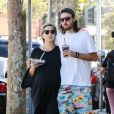 Exclusif - Kate Hudson très enceinte et son compagnon Danny Fujikawa se baladent en mangeant des fruits dans les rues de Brentwood, le 14 septembre 2018.